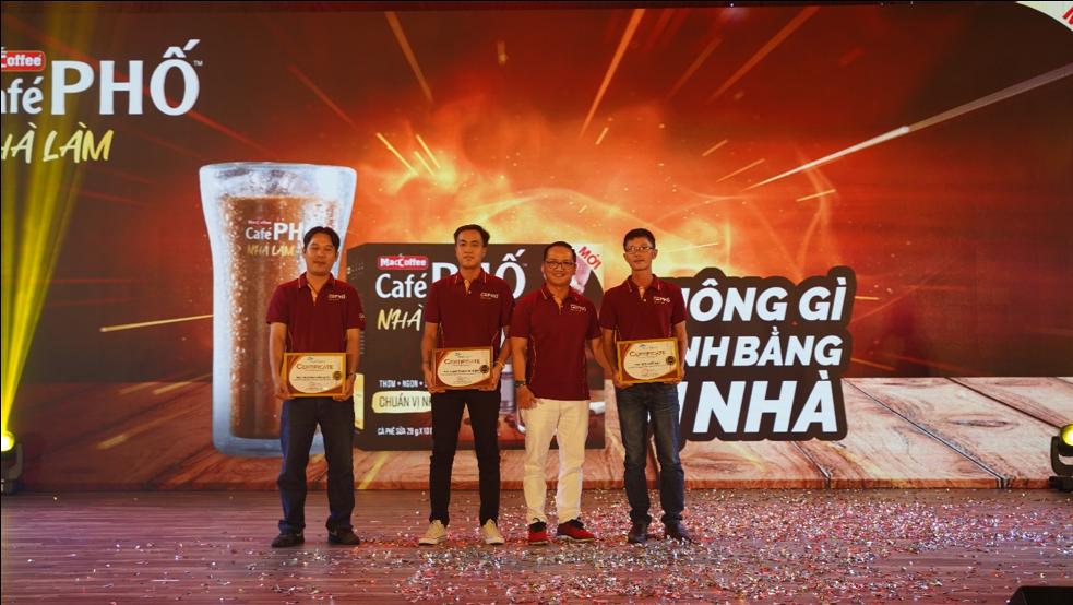 Ông Trần Thanh Tuấn – Phó giám đốc kinh doanh toàn quốc trao giấy khen cho Top 03 Giám sát kinh doanh xuất sắc nhất